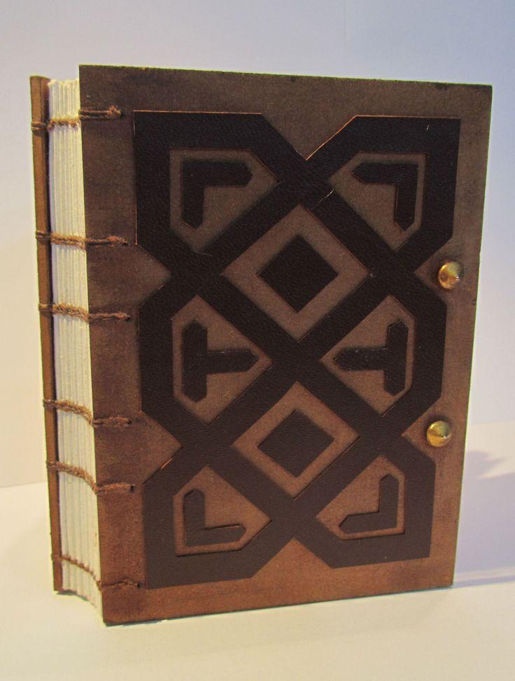 Cuaderno Copto, portada madera con adornos de cuero