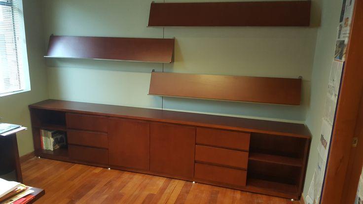 Mueble de almacenamiento para libros, fabricación en madera lacada, se complementa el diseño con repisas para exhibición de libros y revistas