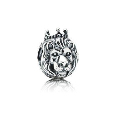 PANDORA | King of the Jungle | PANDORAs majestätiska lejonhuvud av sterlingsilver är pricken över i på ditt armband. Lejonet är känt från en mängd fabler och som symbol för styrka och lojalitet. Charmen passar perfekt för både djurälskare och sagofantaster.