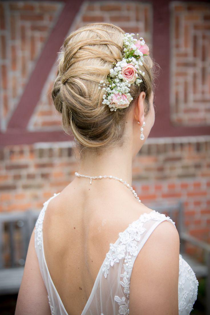 Rosen und Schleierkraut in der Brautfrisur | Brautfrisur