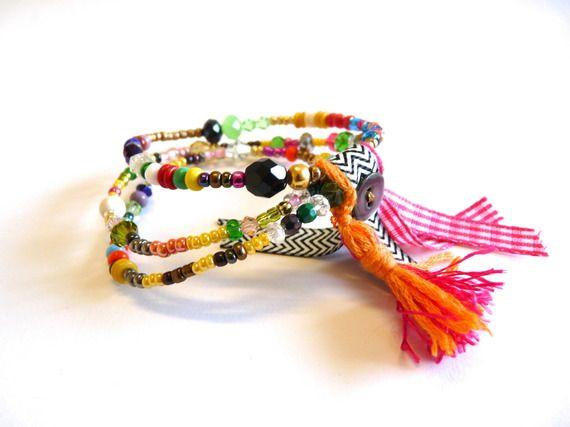 Bracelet manchette.Multi-rangs Perles multicolores. Ruban chevron.