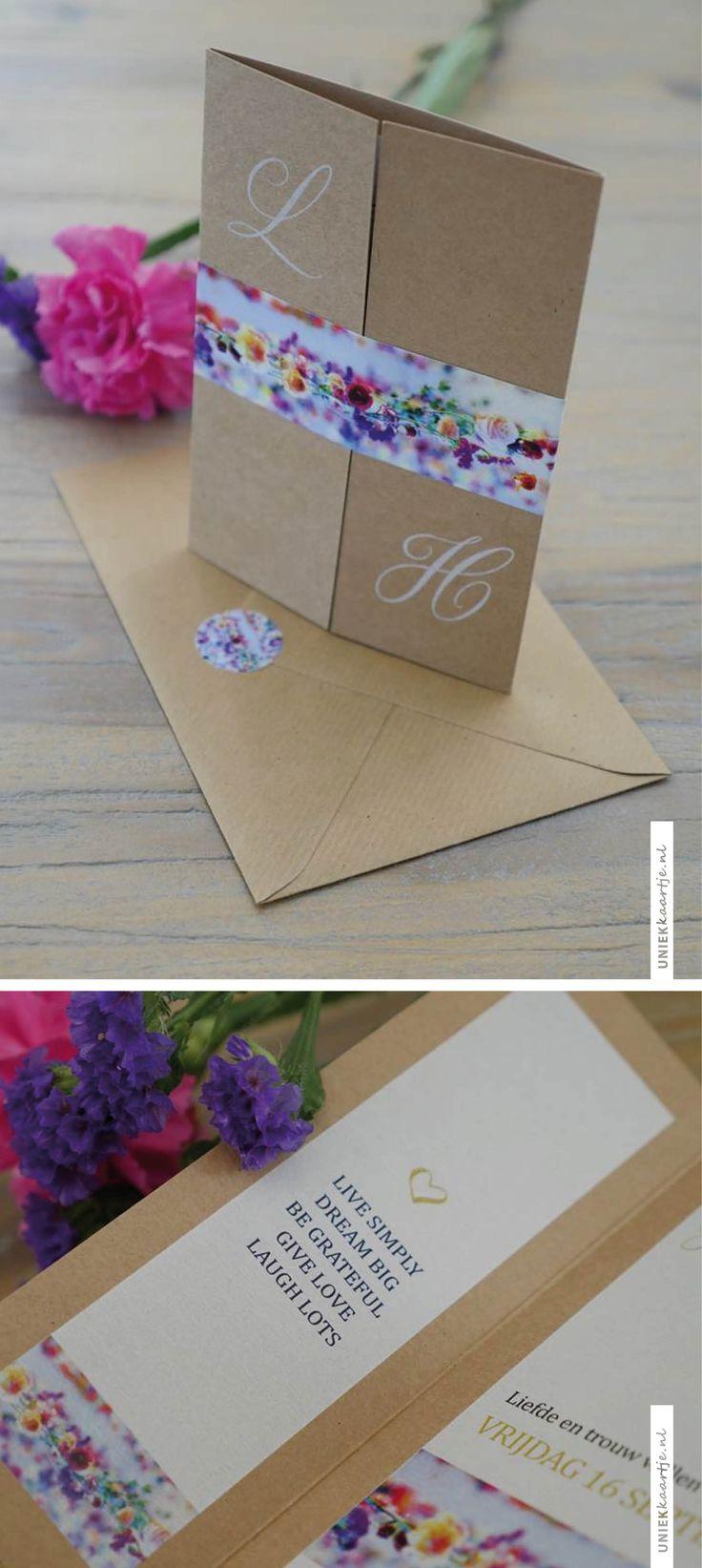 Prachtige kaart van kraft karton, waarbij een label van de fleurige paarse en roze bloemen van haar trouwboeket de kaart een zomers tintje geven | Studio Altena | uniekkaartje.nl