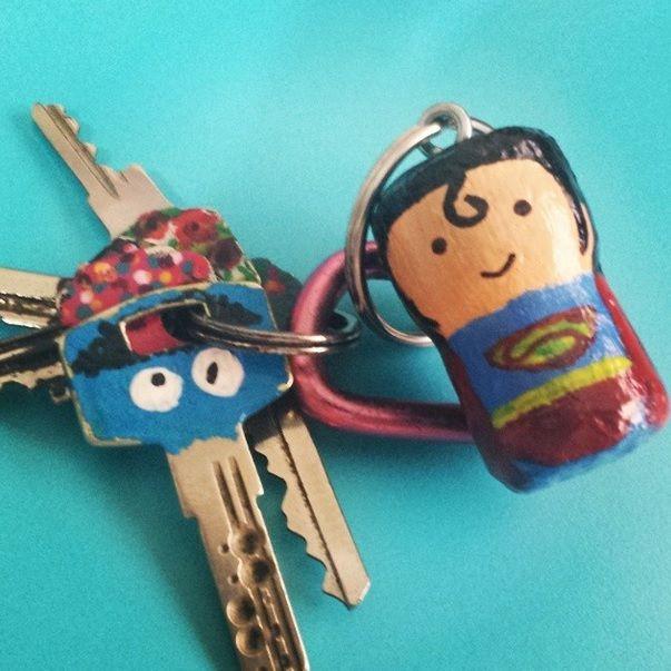 Llavero corcho, llaves pintadas con esmalte de uñas.