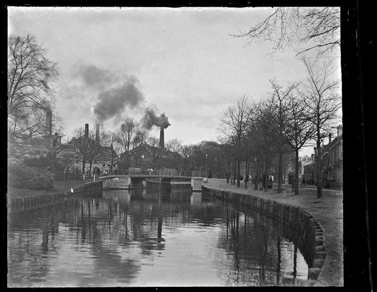 Zijlbrug. Op de achtergrond zijn de rokende schoorstenen van de Prévinairefabriek te zien. 1900-1915.                                                        Fotograaf: W.F.C.C. Pijnacker Hordijk