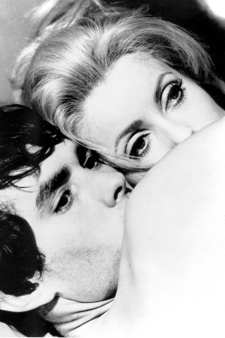 """La gran Catherine Deneuve: Belle de Jour. Deneuve fue una de las grandes musas del cineasta aragonés Luis Buñuel, quien escribio sobre ella: """"Es bella como la Muerte, y fría como la Virtud"""". La actriz francesa trabajó con Buñuel en dos de su grandes y más importantes películas, Belle de Jour y Tristana. En la imagen, Catherine y Pierre Clements, en un fotograma de la película Belle de Jour (1967)."""