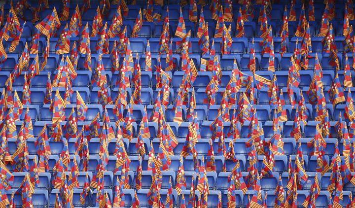 Copa 2015: Athletic - Barcelona - Banderines con los colores del FC Barcelona en las gradas antes del inicio de la final de la Copa del Rey de fútbol que disputan esta noche el equipo barcelonés y el Athletic Club en el Camp Nou.