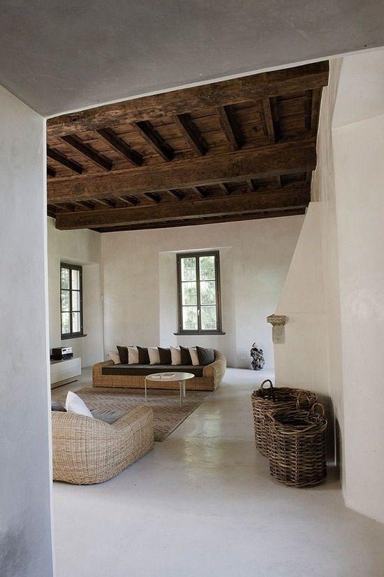 paviment continu microciment en ambient rústic amb sostre de fusta fosca