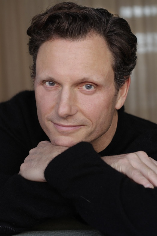 Tony Goldwyn is such an amazing actor! Loved him in Ghost, Divergent and mostly in Scandal. Yummy ;)