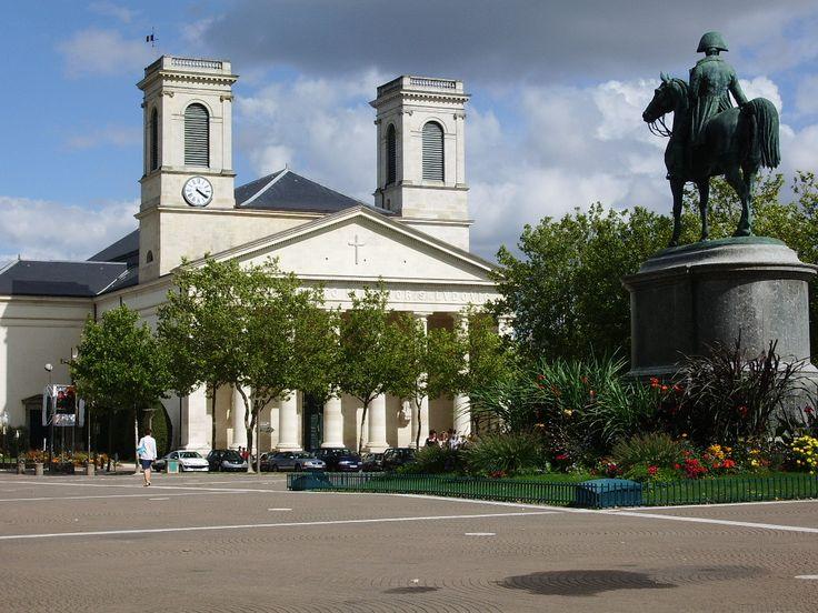 Place Napoléon Eglise Saint-Louis. La place Napoléon est une place de La Roche-sur-Yon dont le nom fait référence à Napoléon 1er, fondateur de la ville en 1804.