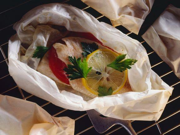 Barsch en papillote ist ein Rezept mit frischen Zutaten aus der Kategorie Meerwasserfisch. Probieren Sie dieses und weitere Rezepte von EAT SMARTER!