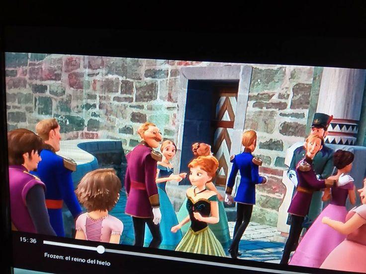 Rapunzel en la coronación de Elsa. #frozen #anna #elsa #enredados #rapunzel #disney #curiosity #curiosidades #sorpresa #surprises http://misstagram.com/ipost/1570190376634175066/?code=BXKb9QNBE5a