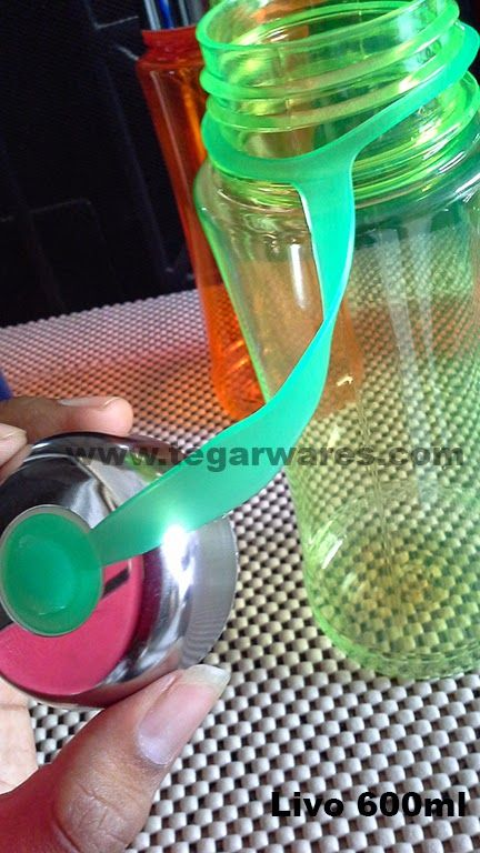 Plastic rope that binds the bottle neck type Livo with a lid, so that the lid is not scattered