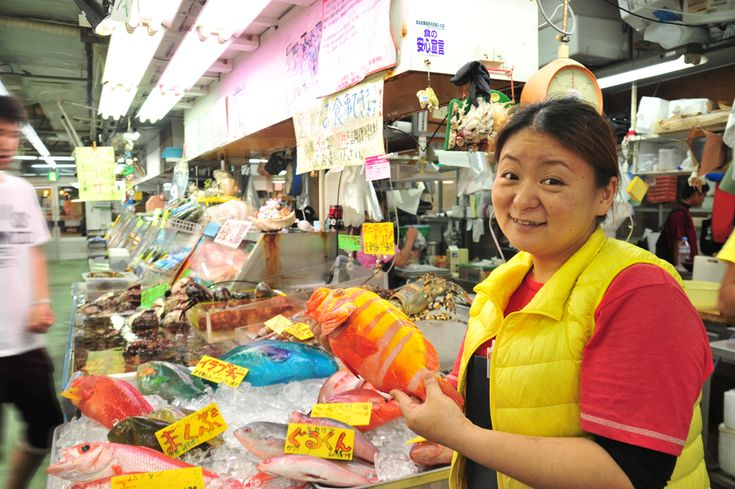 牧志公設市場の1階で魚を買って2階食堂で調理してもらう