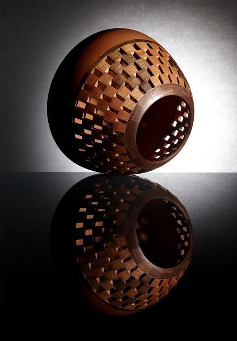 Pieza en madera de cedro y nogal elaborada en técnica de torno segmentado abierto.