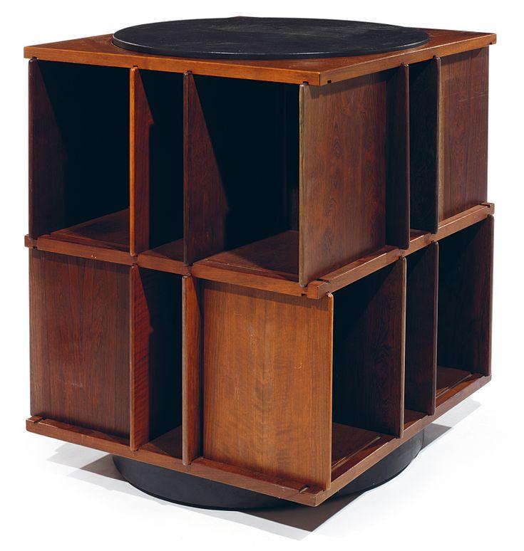 lot gianfranco frattini 1926 2004 biblioth que tournante en palissandre dessus plateau. Black Bedroom Furniture Sets. Home Design Ideas
