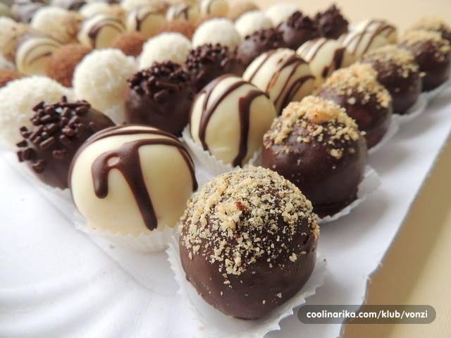 Sastojci – 300 g keksa s okusom kakaa – 150 ml soka od narance – 1 vanil secer – 2 velike zlice pekmeza od narance ili marelice – 1 rebro...