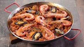 Ricetta Paella Valenciana: La vera paella valenciana è una delle tante versioni di paella che, nello specifico, prevede l'utilizzo di carne (pollo e coniglio), molluschi (totani, calamari, cozze e seppie) e crostacei (gamberoni) nonché di verdure come fagiolini, peperoni e peperoncini.