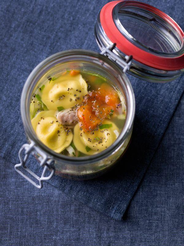 1. Breng het water met de kippenbout en de bouillonblokjes aan de kook. Kruid af. 2. Pel de ui en schil de wortel. Snij de ui, wortel en selder grof en voeg samen met het kruidentuiltje toe aan de bouillon. Laat ± 45 min koken. 3. Haal de kip uit de bouillon.