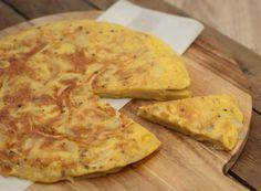 Deze Spaanse tortilla is zo simpel en tegelijkertijd zo ontzettend lekker. Iedereen kan idt maken. Lekker bij een kop soep of als hapje bij de borrel.