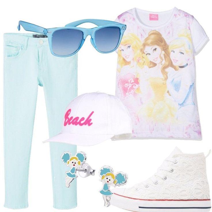 Jeans color verde acqua, t-shirt bianca con stampa delle principesse Disney, sneakers bianche, alte e in pizzo, occhiali da sole azzurri, cappellino bianco con visiera e scritta in rosa e orecchini in argento con le cheerleader vestite in azzurro.