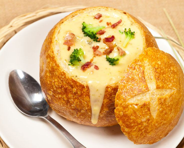 Une délicieuse recette de soupe au cheddar, bacon et brocoli servir dans un bol de pain qui s'imbibera de toutes les saveurs... C'est facile à faire.