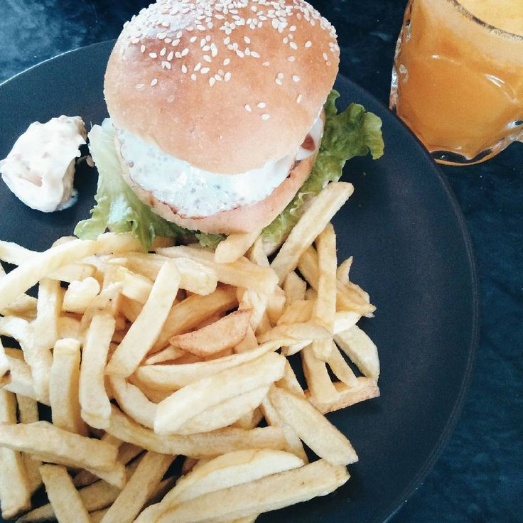"58 Gostos, 4 Comentários - Mónica Monteiro (@moonica.monteiro) no Instagram: ""Eat clean to stay fit. Have a burger to stay sane  #honorato #burger #frenchfries…"""