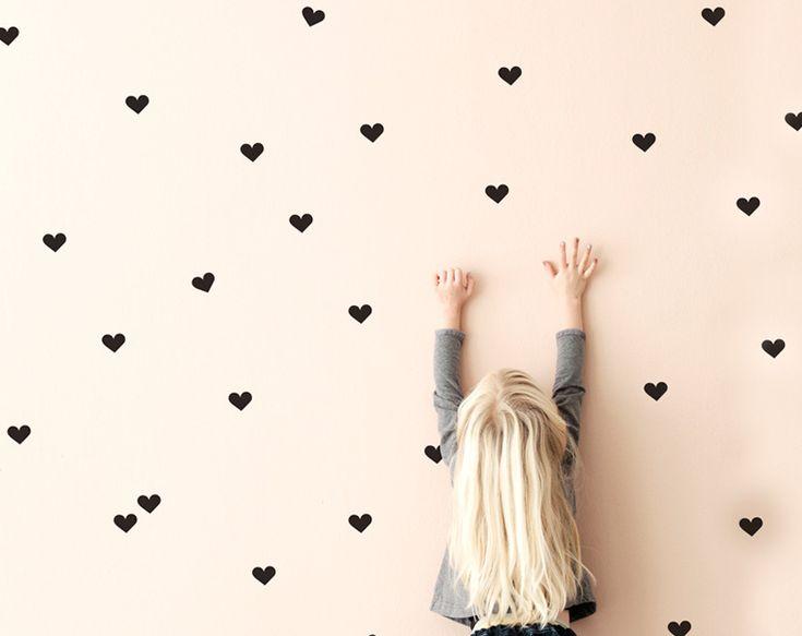 Kleine Herzsticker für die Wand machen jeden Raum zu etwas ganz besonderem. Entdeckt bei Ferm Living