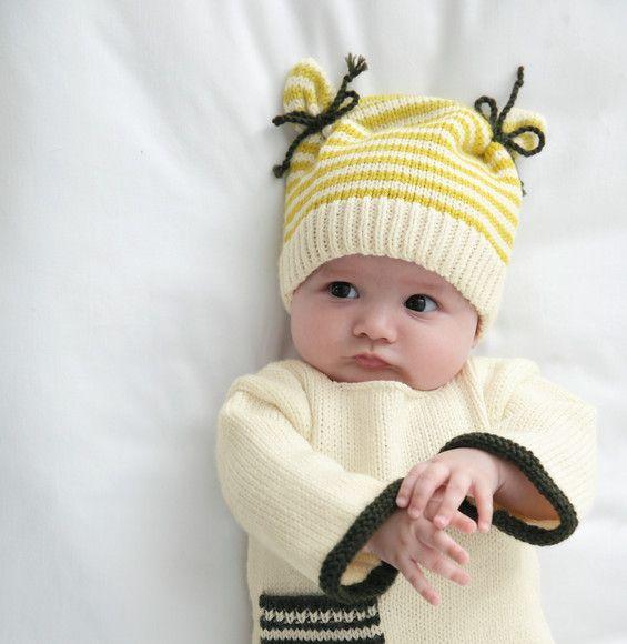 On fond pour ce bonnet vraiment original, avec ses cordelières à nouer de chaque…