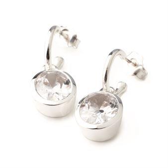 Det elegante øreanhenget Newport fra Annica Vallin er et klassisk smykke med forskjellige steiner som får øynene dine til å glitre. Et par vakre øreanheng er en enkel måte å piffe opp antrekket ditt på og Newport kan brukes til alle anledninger - enten som et hverdagssmykke eller til fest. Newport øreanheng er veldig populære og du kommer med n gang til å føle deg vakker når du bærer dem. Og hvem kan få nok av sølv og glitter