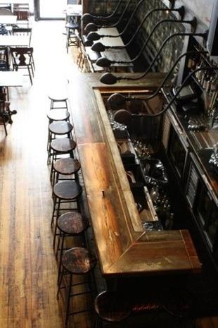 barra de café: Lights Fixtures, Bar Tops, Restaurant Interiors, Interiors Design, Wood Bar, Cafe, Old Wood, Bar Stools, Rustic Bar