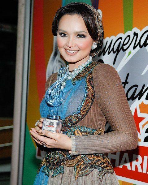 repost  from @alhanzu Dato Siti Nurhaliza memenangi Anugerah Artis Berpakaian Terbaik Dengan Undian Terbanyak di Anugerah Bintang Popular Berita Harian 2009. Busana ini adalah rekaan #RizmanRuzaini. #anugerah #sitinurhaliza #penghargaan#instarepost20
