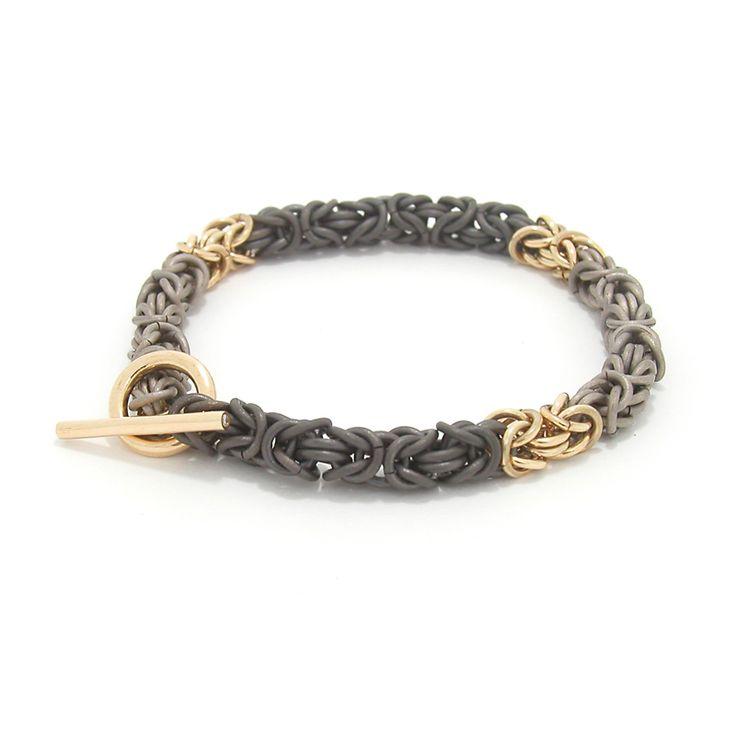 Armband 'koningsschakel', titanium, zirconium en geelgoud, witte diamanten in sluiting.