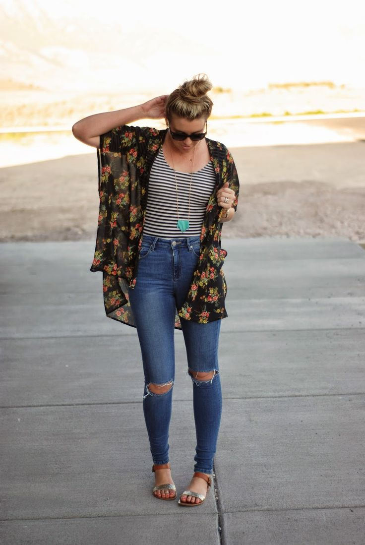 Kimono and ripped jeans for a casual boho summer outfit. Outfit from www.theredclosetdiary