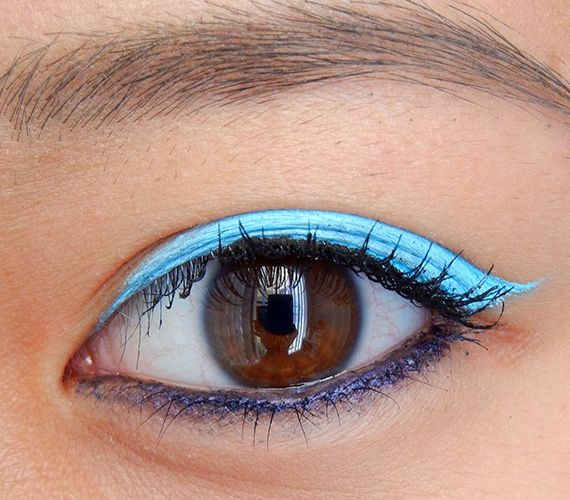 Használj színes szemhéjtust! Egyszerű, gyors és nagyon látványos, főleg, ha alul egy sötétebb árnyalattal kontúrozol.