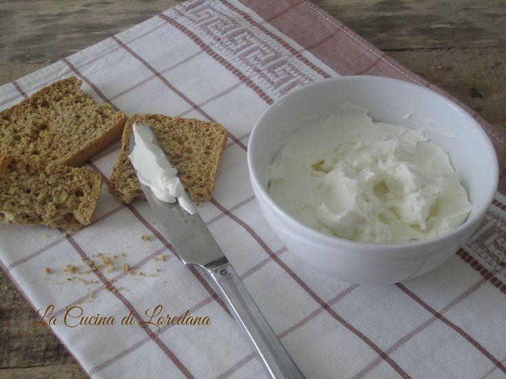 Preparare il Formaggio spalmabile fatto in casa è semplice ed economico, ma è così buono che non smettereste mai di mangiarlo