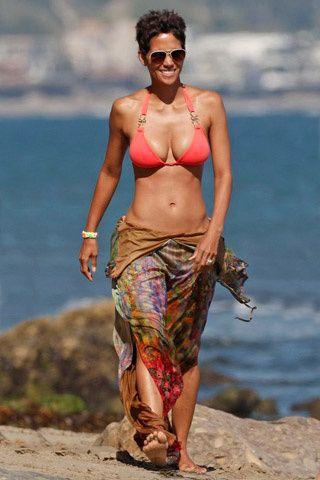 Celebridades vacacionan en bikini. HALLE BERRY Las famosas muestran sus verdaderas siluetas en la playa, al natural. ¿Quién pasa la prueba de la verdad?