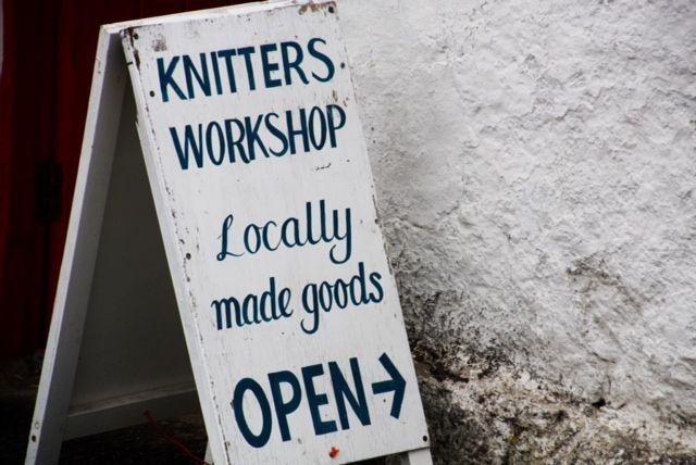 L'insegna di un negozio di artigianato di lana in Scozia