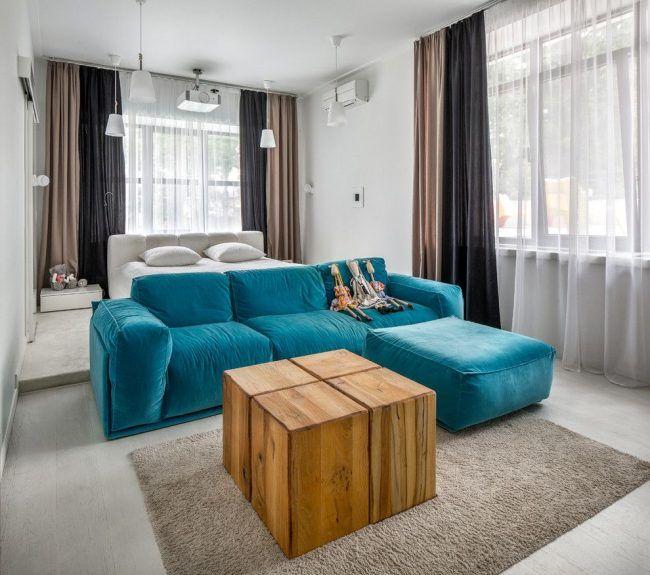 Ярко-бирюзовый диван и деревянный журнальный столик в интерьере стиля контемпорари
