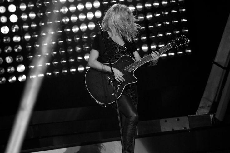 Shakira canta trecho de 'Somebody That I Used To Know' em Baku