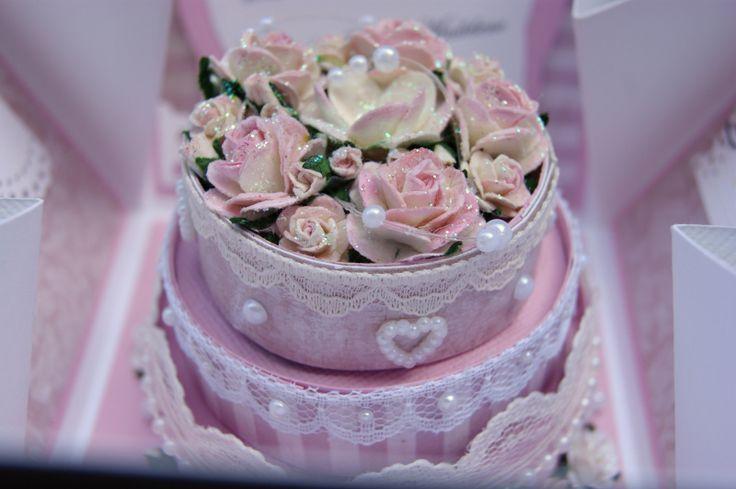 Eksplosjonsboks med bryllupskake i midten. Duse rosafarger (Med mal).