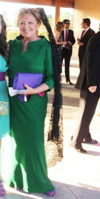 Laura Caicoya: Vestido largo de madrina con mantilla