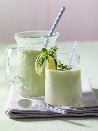 Der beste Bauch-weg-Drink 100 g Gurke halbieren, entkernen und grob würfeln. ¼ Apfel schälen und klein schneiden. Blätter von je 2 Stielen Basilikum und Minze abzupfen. Gurke, Apfel und Kräuter mit 250 ml Buttermilch, 1 EL Zitronensaft und 1 EL Honig pürieren. Sofort genießen. Gurke entwässert dank viel Kalium und Magnesium Kräuter kurbeln mit Vitamin C ordentlich den Stoffwechsel an und helfen beim Entschlacken Buttermilch heizt mit Kalzium die Fettverbrennung an