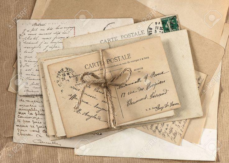 """Als John in het leger zit sturen hij en Mevrouw Bromley brieven naar elkaar. Vandaar ook de titel """"post voor Mevrouw Bromley""""."""