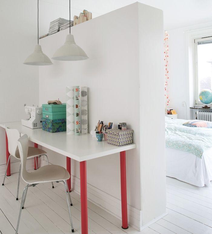 Rummet har en halvvägg, med garderober på baksidan, som avskärmning till Pärs och Lovisas sovrum. Vid väggen finns ett litet hemmakontor och kreativt område. Bord och lampor från Ikea, stolarna är Arne Jacobsens 7:or.