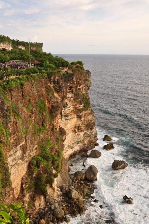 70mの断崖に沿って張り巡らされた遊歩道からの眺め。ウルワトゥ寺院