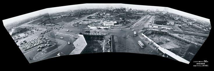 『博多駅ビル完成時の駅前風景』【所有者:丸田洋二】【写真にまつわるエピソード:三代目博多駅は昭和38年12月1日に開業した。この写真は、駅ビルが完成した直後のもので、右上に明治42年開業の二代目博多駅が見える。新駅開業の日に、旧駅を貫通する仮設の道路が設けられ、今の大博通りの形が出来た。旧駅はその後解体されたが、1番ホームの鋳鉄柱3本が近くの住吉神社に保管されていた。この柱は、平成23年春完成した四代目博多駅ビルの屋上に、博多駅の歴史を継承するモニュメントとして展示されている。】【撮影時期:昭和38年12月】