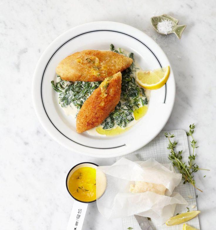 Hier verbirgt sich saftiger Fisch unter würziger Käsekruste. Dazu schmecken Rahmspinat und Zitronenbutter.