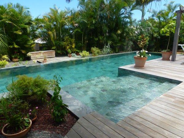 Découvrez quelques exemples de réalisations Piscines MARINAL, de la piscine traditionnelle en béton monobloc à la piscine miroir.