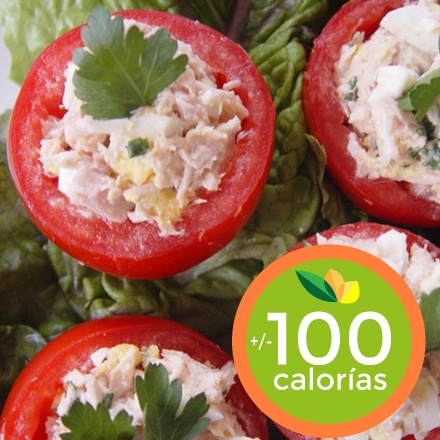 Toma un tomate mediano, picalo en dos partes. Retira parte de la pulpa y las semillas. Mezcla 1 oz de atún (empacado al agua), un tallo pequeño de celery, bien picadito, 1 cucharada de granos de maiz y 1 cucharacda de yogur. Rellena las mitades de tomates y adereza con pimienta, una pizca de sal y un chorrito de jugo de limón. Buen provecho!