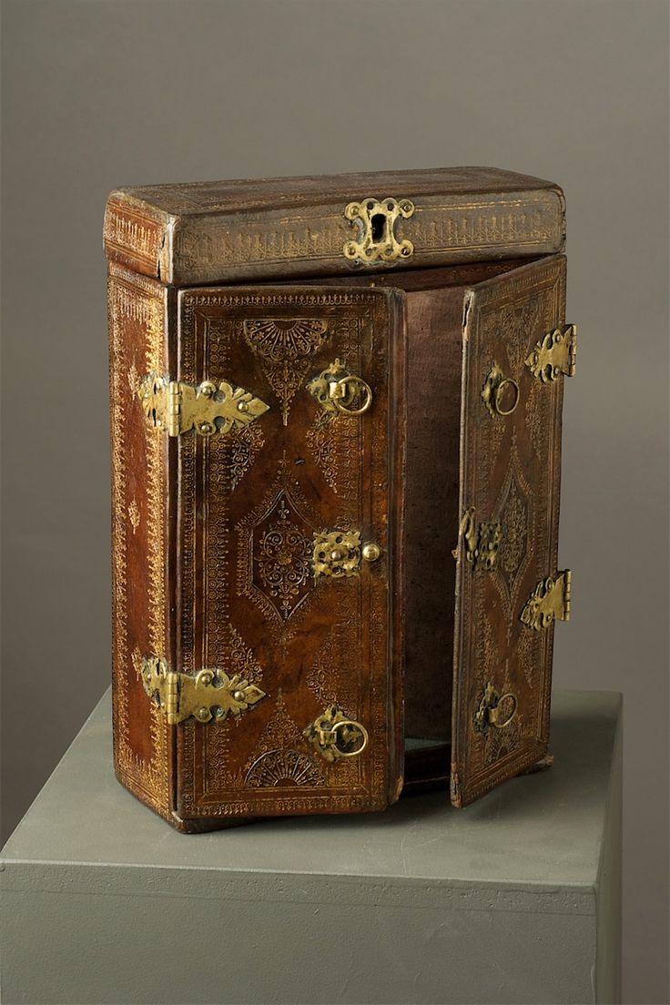 Reiskoffer met spiegel  VlaanderenVroeg 17e eeuw  Hout met leer belijmd en gedecoreerd met verguld koperen beslag.  Dit koffertje werd gebruikt om belangrijke documenten of juwelen te bewaren wanneer men op reis was.7.jpg (824×1236)